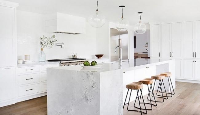 white kitchen to ceiling backsplash