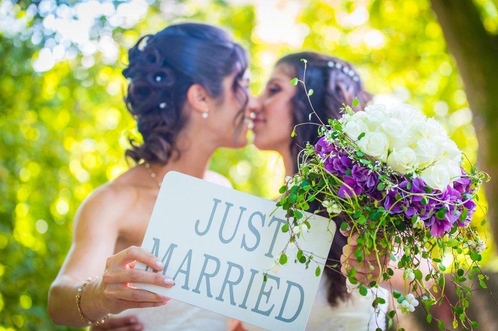 bouquet_brides_couple_flowers_lgbt_marriage_married_wedding-991246.jpg!d.jpeg