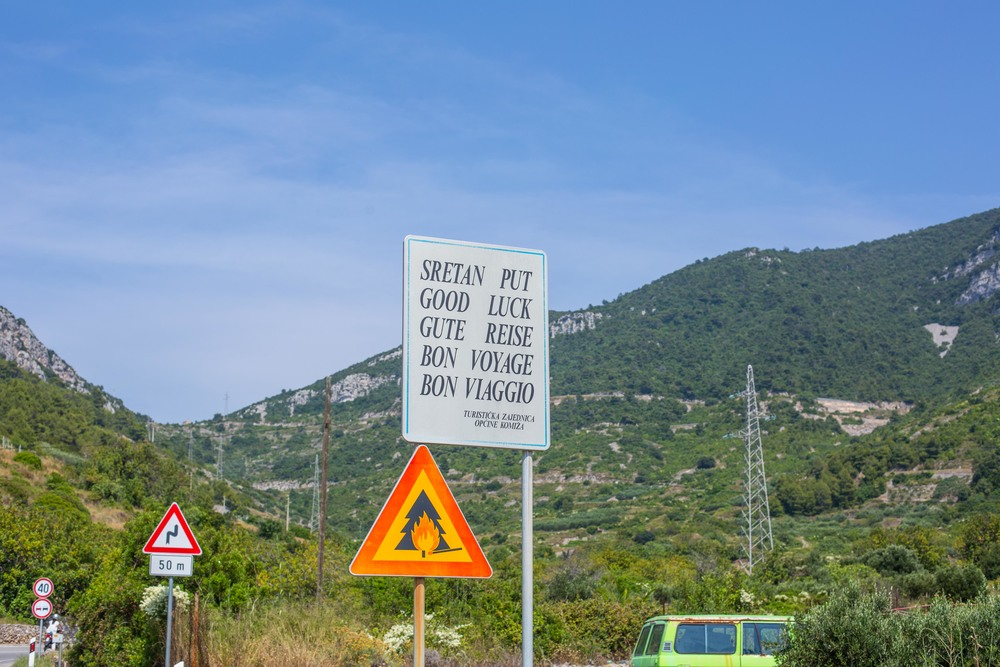 Komiza road sign