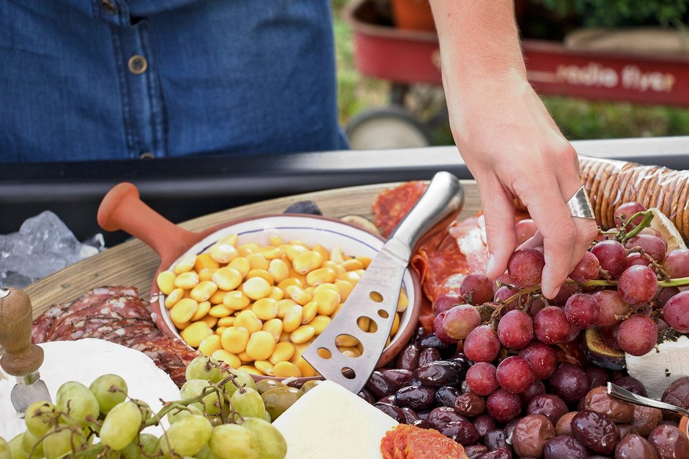 Fresh fruit makes a great picnic food - IMAGE VIA PIXABAY