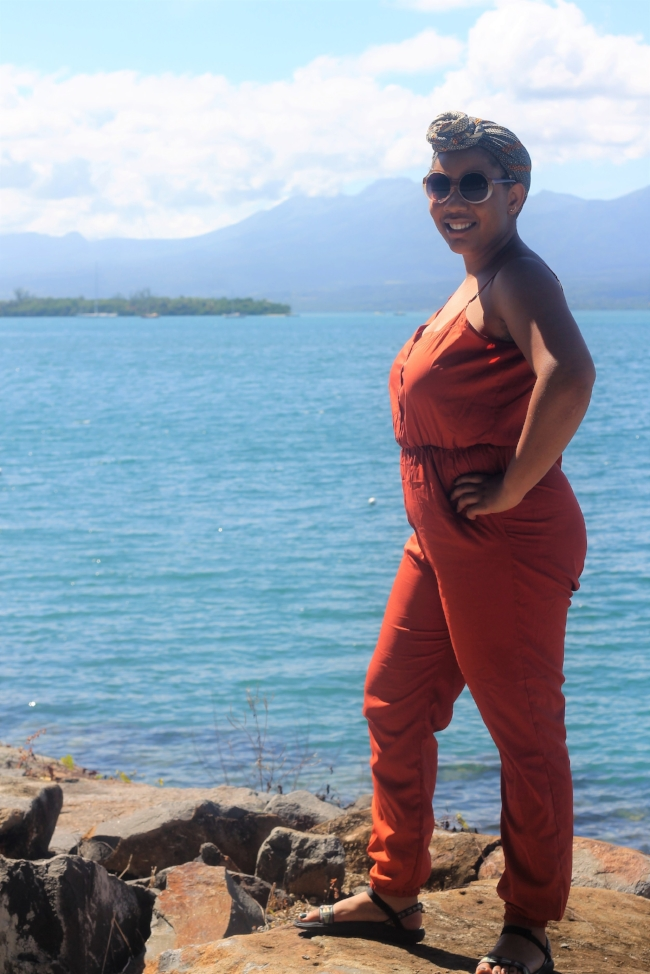 Hands on hips for the most natural of poses in Guadeloupe like a real blogger.