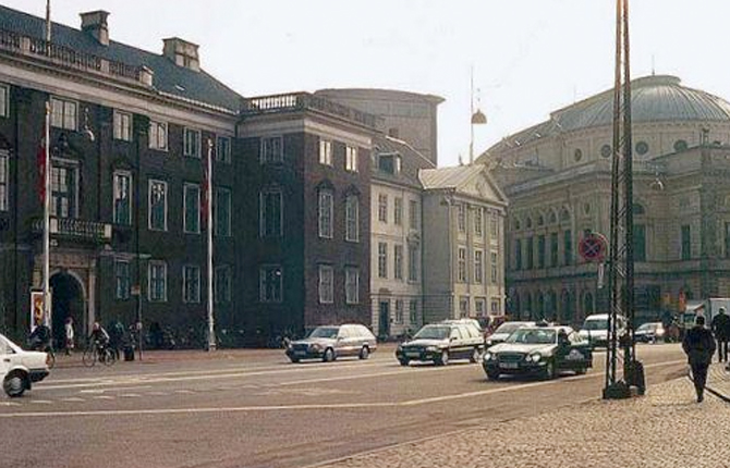 Sarvenaz Dezvareh-Charlottenborg Exhibition Hall-Breathing Project-Copenhagen-Denmark-September-October 2002-1.jpg
