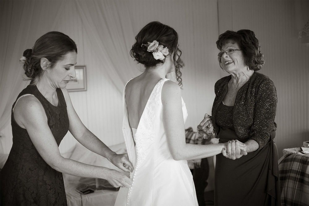 bride getting ready with mom at monadnock berries wedding troy nh jp langlands photography