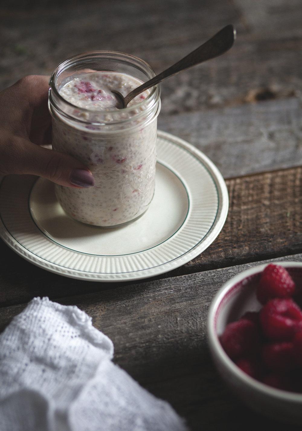Credits :http://www.troisfoisparjour.com/en/web/trois-fois-par-jour/recettes/breakfast-brunch/gruau-d-avoine-chia-yogourt-erable-framboises