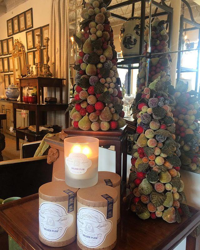 @linneaslights holiday limited edition golden plum candle smells divine! #hostessgift #linneaslights #goldenplum #interiors #interiordesign #rogersandmcdaniel