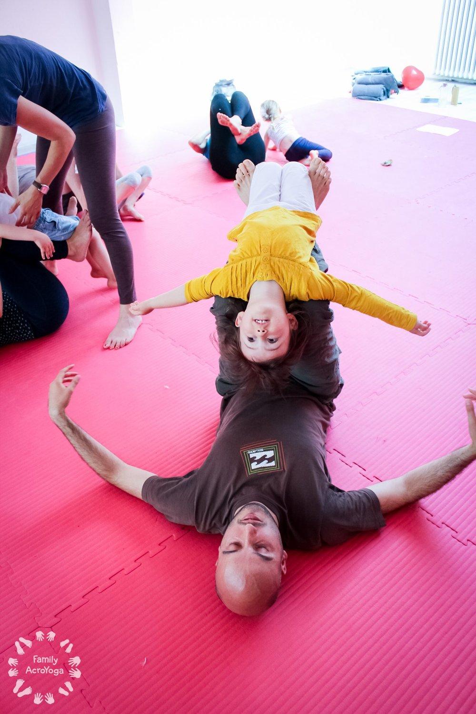 4-6 år (8 gange) - Familieflyvning er akroyoga, mindfulness og leg med balance for børn og deres voksne. Her lærer I at balancere og flyve sammen på alle mulige måder og styrker herigennem jeres fælles nærvær. I vil lære en masse sjove øvelser, I kan lege videre med derhjemme- øvelser der træner kropsbevidsthed, motorik, tillid og samarbejde.Torsdage kl. 16.15 – 17.15Hvor: Wildersgade 35 på Christianshavn.Starter torsdag d. 24 januar (ingen flyvning i vinterferien).Pris: 1000 kr. for 8 gange (en voksen og et barn).