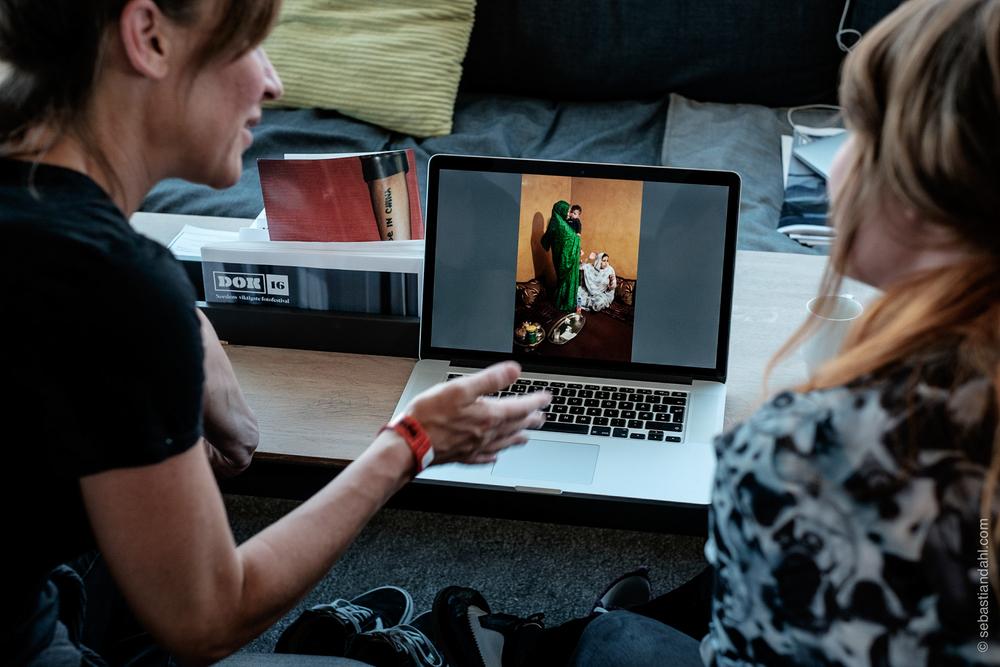 Fredag kunne man presentere arbeidet sitt til sjefen for Panos Pictures, Adrian Evans, visuell redaktør i Jyllands-Posten, Brian Karmark, Magnum-fotograf Carolyn Drake og fotosjef i Politiken, Thomas Borberg.Foto: Sébastian Dahl