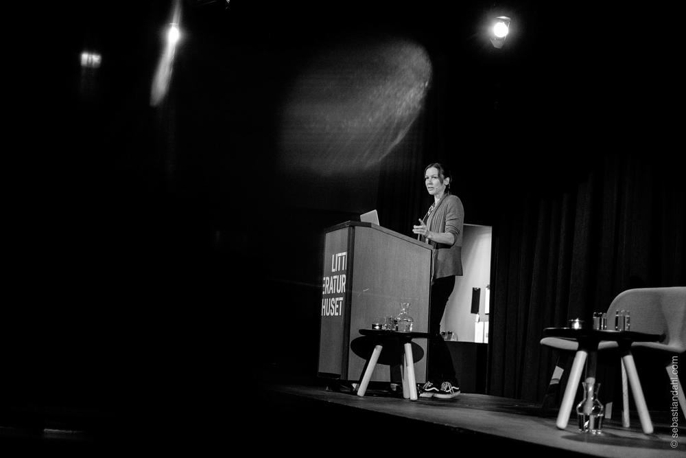 """""""Problemet i verden i dag er at vi ikke engasjerer oss i hverandre. Jeg tror fotografi kan være et veldig bra """"antidop"""" til det"""", sa amerikanske Carolyn Drake (Magnum Photos), som avsluttet DOK 16."""