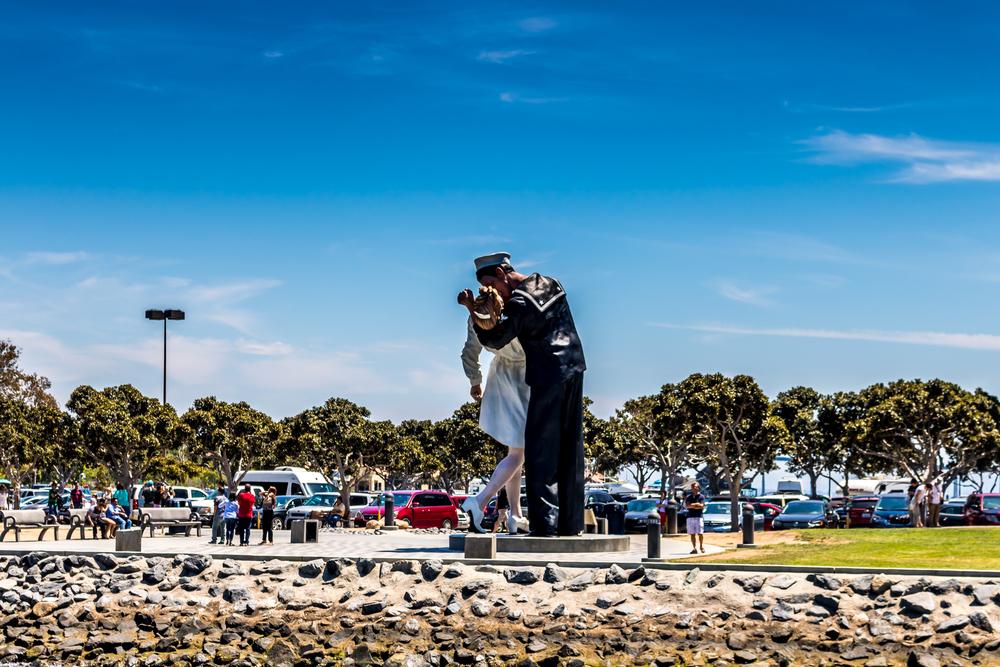 Mai Tai San Diego Yacht Charter kissing statue