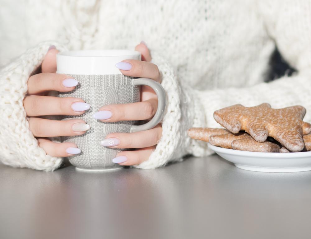 фото женской руки с чашкой кофе