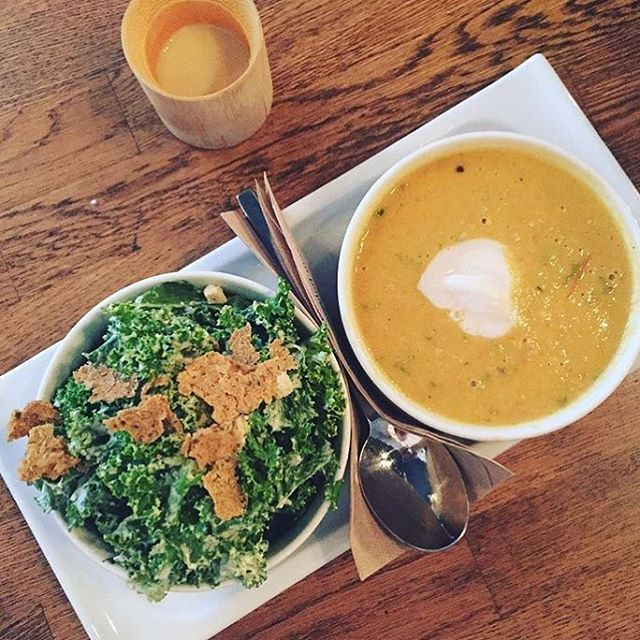 ☔️ There's a certain stillness when you hear rain falling. Fall into the comforts of our lounge with our soup + salad combo! Sure to warm you right up from the downpour of Vancouver! 💦