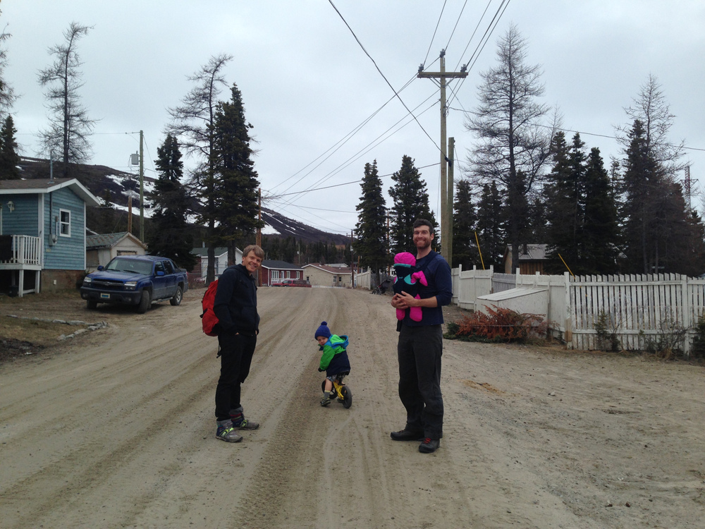 Harry, Léon, Andrew et Nellie en route vers l'école pour le spectacle de fin d'année des élèves