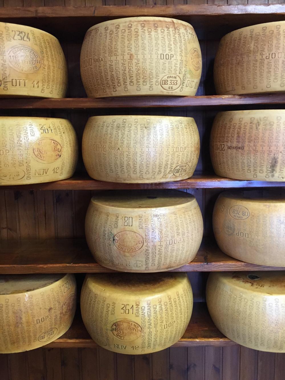 """Hver ost bærer et oprindelsesmærke, som består af et stemplet mærke på hele skorpen med ordene """"Parmigiano Reggiano"""". Et nummer der identificerer mejeriet. Angivelse af produktionsmåned- og år. Og derudover garanteres sporbarheden af et mærke på ostens overside med en unik kode, der kan scannes af en computer og identificere den enkelte ost."""