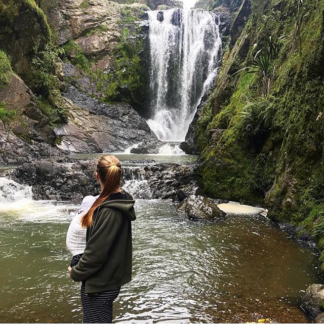 There's nothing like seeing new places with your baby! 🍃 💦  P.s If you haven't already noticed we have restocked the shop in a lot of your favs!! Including Dutch, cinnamon, Belgian, Alba, Forrest to name a few 🐇 🐇. All available in swaddles and Carriers. hop to it #burrowbaby  CARRIER: Dutch PIC: @shannon___leigh