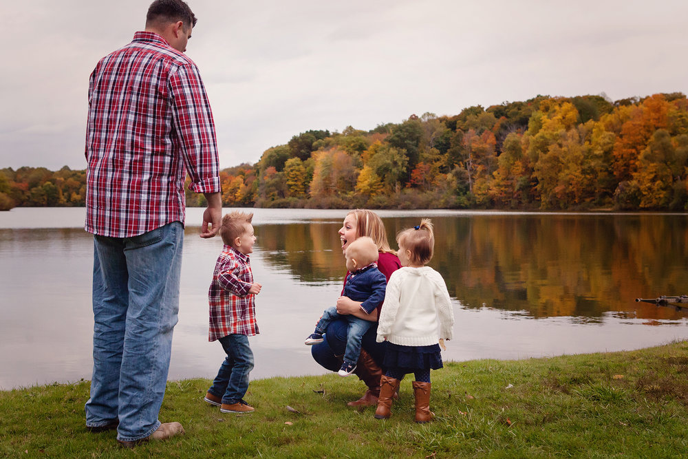 northeast-ohio-fall-family-portrait-photographer-session-lake-outdoors.jpg