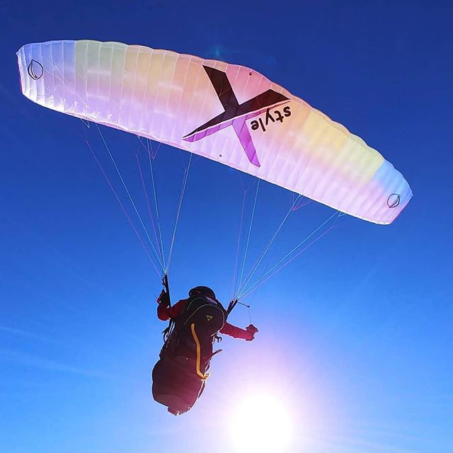 It has style to say the least. This new acro glider is a must have for those that want to get into acrobatics. Thanks to @theo_deblic for the excellent ingenuity. Custom colors are available. Visit the link in the bio for more info. #gradientusa #xstyle . . . #repost @gradientparagliders