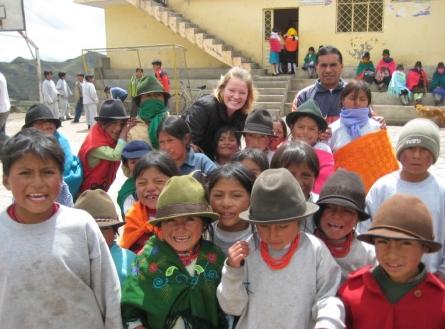 Sarina con un grupo de estudiantes en el Cotopaxi, Taller: Aprender Matematicas con Juegos