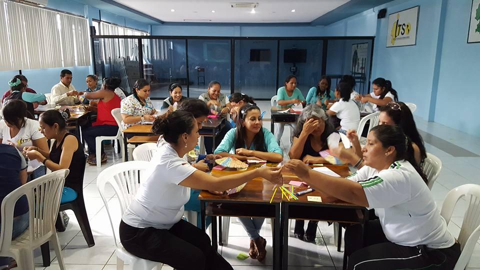 Grupo de K-12 educadores en un taller de aprendizaje multidisciplinario en Ecuador - Junio 2016