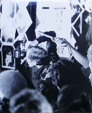 Untitled(bruce conner taking pictures at a johnny rotten press conference, San Francisco, early March 1980)