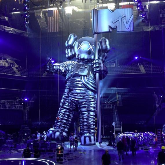 2013-mtv-video-music-awards-vma-60-foot-moonman-statue-kaws-01-570x570.jpeg