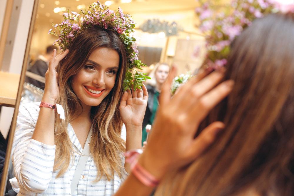 Zoe Karapetyan  happy mit ihrer Super Flowercrown.