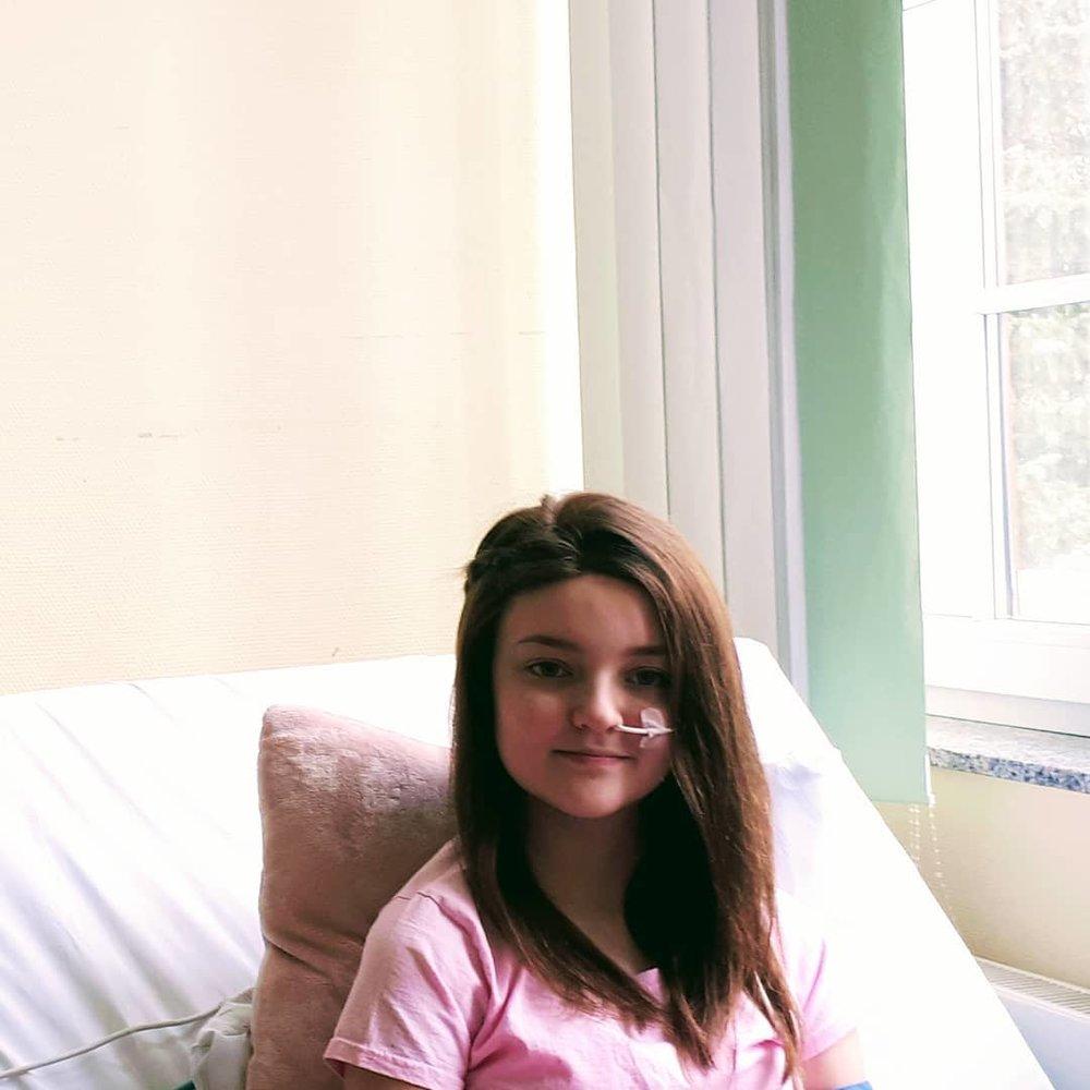 """""""Für Josina-Shari war es alles andere als leicht, durch die Krebstherapie ihre eigenen Haare zu verlieren... Umso mehr freuen wir uns, hier unbürokratisch und schnell mit einer vorgefertigten Perücke helfen zu können. Wir wünschen ihr viel Kraft für die weitere Therapie! Josina Du schaffst das!!!! 💖💖💖💪💪💪"""" INSTAGRAM @verein_die_haarspender"""