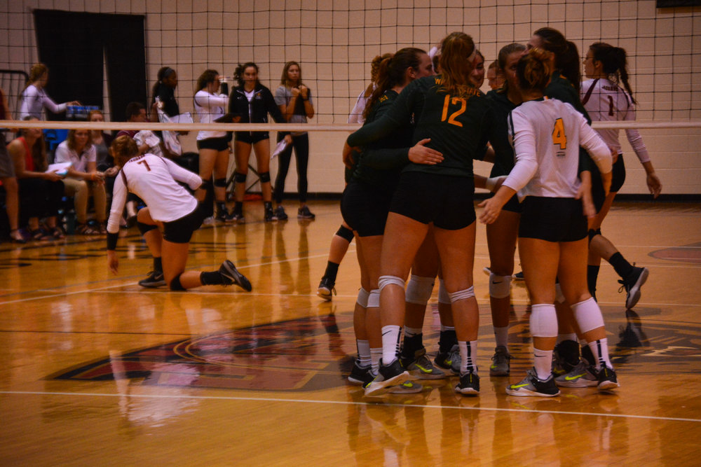 Wright State huddles after a kill.