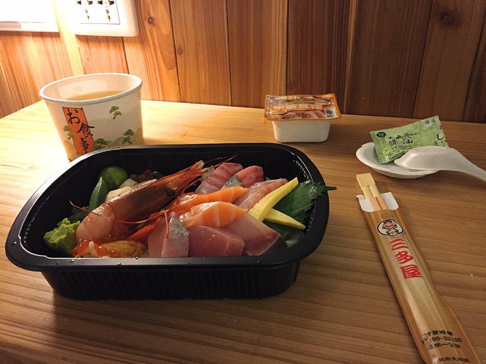 豪華蓋飯 NTD480  (冷醋飯,海膽,生干貝,牡丹蝦,海帶酥,玉子燒,鮭魚卵,黑豆,綜合生魚片)