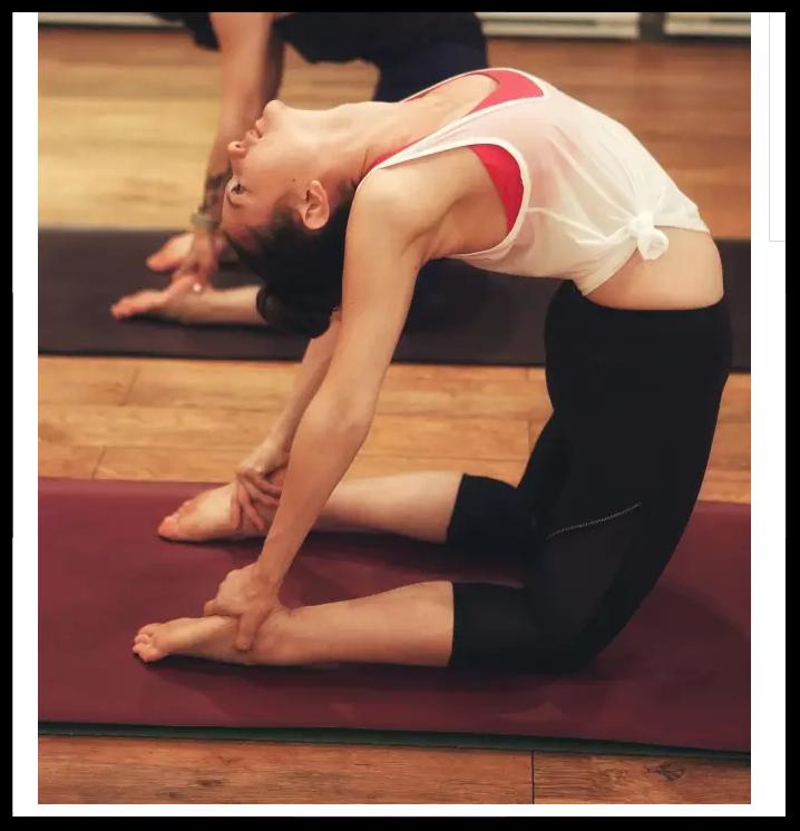 Lululemon China:A Day in the Yoga Studio - 15岁时的Kelsea,目标是成为专业的芭蕾舞者。就在那一年,Kelsea开始学习瑜伽。很快,瑜伽成为了她的挚爱,也成为了Kelsea生命中的工作。