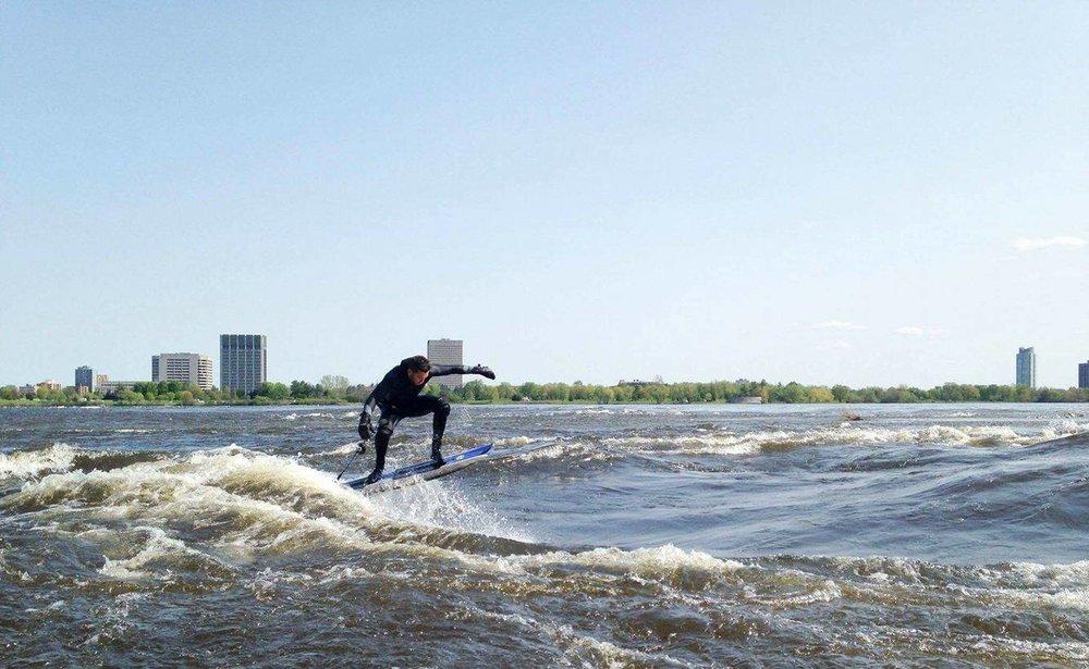 Photo: Philippe Beaudin qui a la chance de surfer Sewer Wave sous le soleil! Par Swellpoivre.