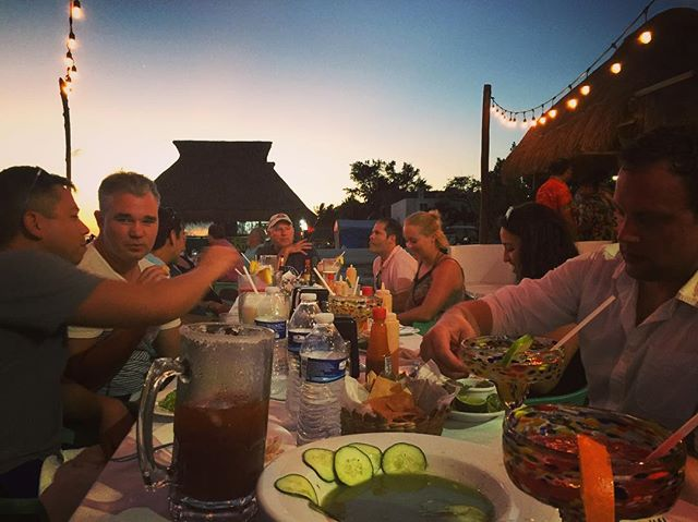 Feet in the sand, sea-side dining in #islamujeres. Seriously never gets old 🍽🐟🍻   🎈🛥✨#daysoffwithus #dowuretreats #muelle7