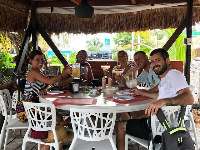 1 hour before the longest exodus ever out of #islamujeres 😅 #blissfullyunaware enjoying our fried fish tacos like there's no tomorrow🏝 #islandlife #caribemexicano 🍹 #daysoffwithus