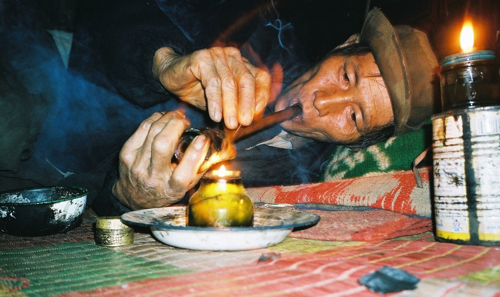 Engang forsørgede Kya Teh sin familie ved at dyrke opium. Nu ryger han hele familiens høst selv. Og mere til.