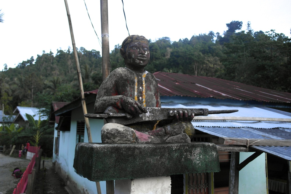 A statue of a  kecapi  player found in Taripa, the village most famous for  dadendate .