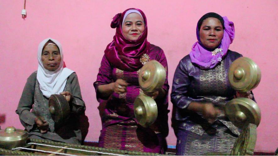 Women playing talempong pacikin Sumpur Kudus