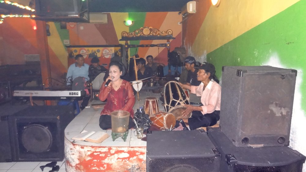 I dug up this photo from my first visit to Endah in 2012...the place has been redesigned but most of the musicians are the same.