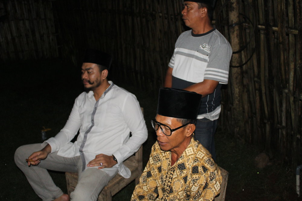 Bang Yogha (left, seated) and Pak Tulin (right, seated).