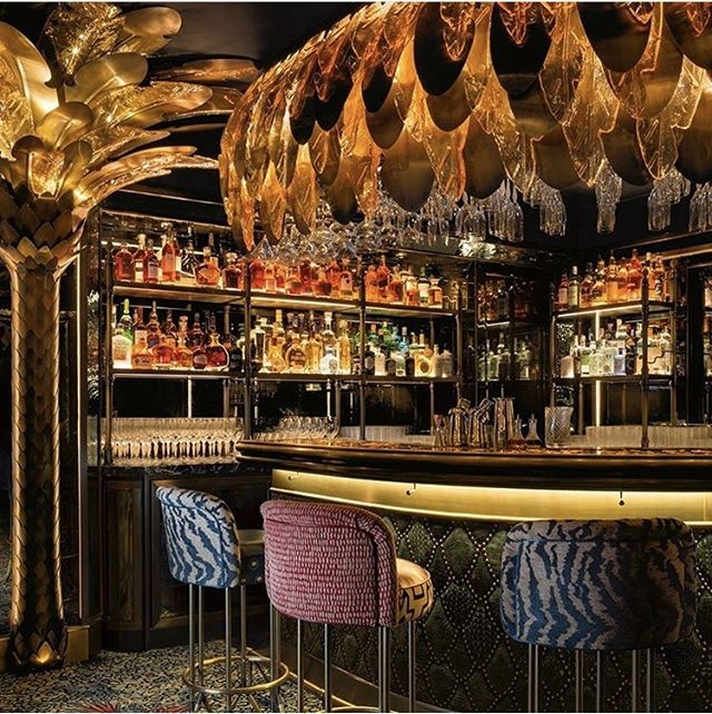 The nightclub bar @annabelsmayfair looks simply striking with its canopy of glass and bronze palm leaves. Designed by @m_b_d_s_, is our pick of the week for its maximalist flair. . .  Repost from @martinbrudnizki #interiorinspiration #interior_design #interior #interiorlovers #finditstyleit #modern #interiordesire #interiordetails #interiorforinspo #interiorstylist #homedetails #designideas #interiorstrend #barbeauty #palm #goforgold #superiorinterior #maximalism #thisislondon #toplondonvenue #designmatters #CApicks