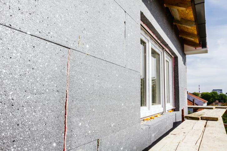 Montage eines Wärmedämmverbundsystem (WDVS) an einem Wohnhaus