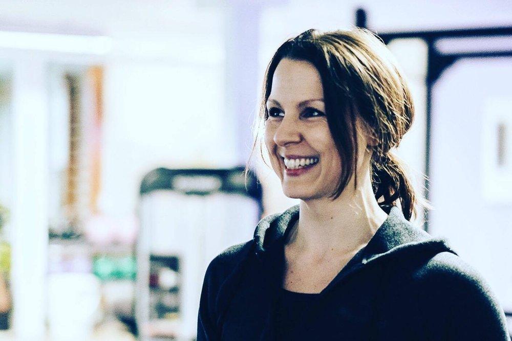 JANNE PHILLIPSEN, 34 - Studerer psykologi på Syddansk Universitet // Certificeret Personlig Træner fra Fitness Institute // Vanecoach // Har selv været gennem vægttab på 55 kg og holder dette på 3. år // Personlig træner 1:1 i Aarhus PT-studie og underviser på Strong Curves Bootcamp