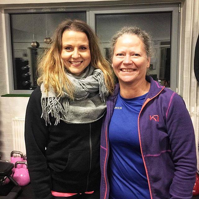 Hanne er en af vores seje kvinder på Strong Curves, her fortæller hun om at deltage🙌🏻☺️☺️✨ ➡️ Startede i foråret 2018 med et 9-ugers forløb, alene med ambitioner om at skulle have tiden til at gå efter at være ramt af en langvarig løbeskade.  Var ikke specielt optimistisk, da jeg kom, da jeg som udgangspunkt ikke er vild med fitness.  Det fik Line, vores skønne træner, Janne, og resten af holdet hurtigt lavet om på. Efter første gang var jeg solgt - og nu kan jeg ikke undvære det …  Jeg har foruden de første 9 uger også været på 3 ugers sommer bootcamp med Trine som træner, og startede efter sommerferien på et 18 ugers forløb, stadig med Janne som træner. Alle de trænere, jeg har mødt under mine forløb og under fællestræningerne, har været unikke, hver på deres egen måde - de er alle topmotiverede og formår at give os en styrke og motivation, som vi ikke selv troede, vi havde.  Og støtten fra resten af holdet er også uvurderlig.  Det bliver svært at skulle stoppe engang - forhåbentlig om laaaang tid. Det giver SÅ meget livskvalitet at komme i garagen 🙂 Prøv det ………………………………. _________________________________________ 🌟GRATIS PEØVETRÆNING🌟 På søndag kl 11.30-12.30 afholder vi en lille intim gratis prøvetræning for dig, der ønsker at se forløbet an. 12 pladser i alt. 6 tilbage. Book din plads her på linket i bio➡️