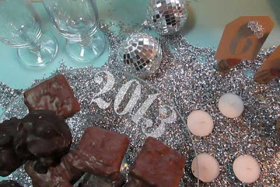 2012-11-21_Ettiene_New-Years-Eve-Party-DIY-Plate-Stand-Decoration.jpg