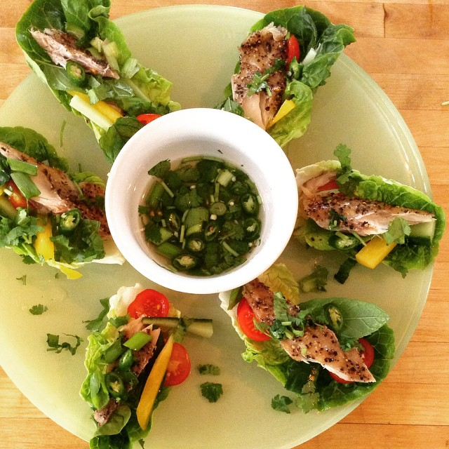 Today's #whole30 lunch - lettuce cups filled with mackerel, peppers, cucumber, tomato and spring onion served with a chilli vinegar dipping sauce