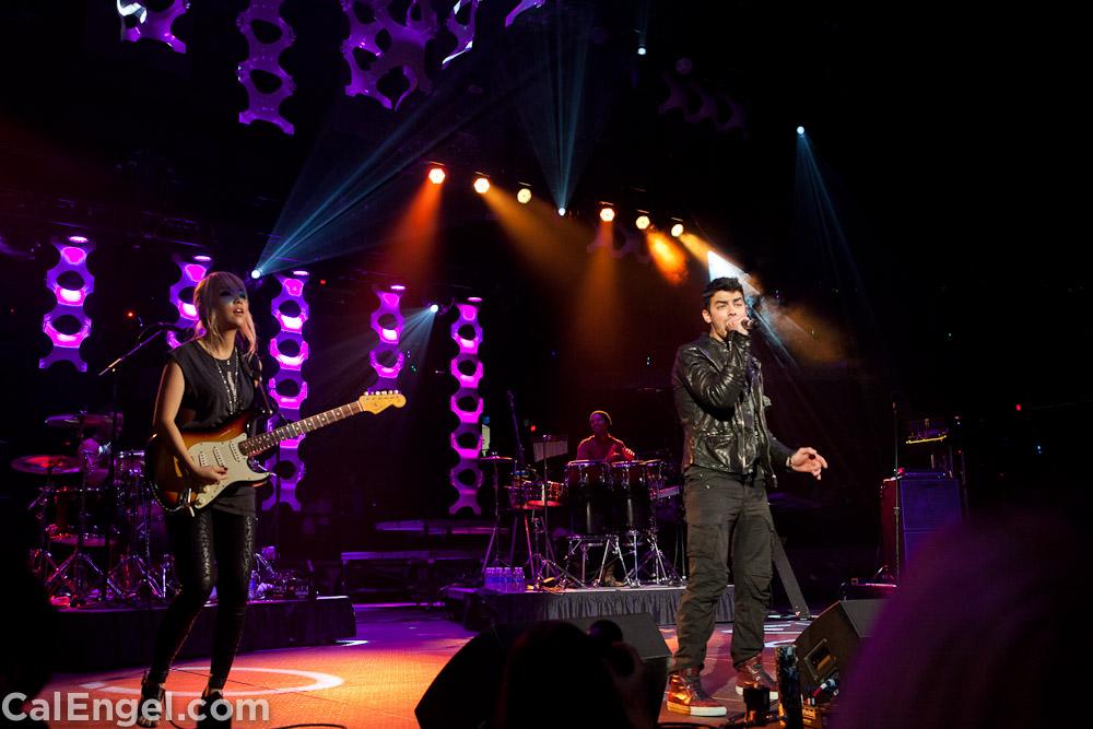 JoeJonas2011-12-17_397