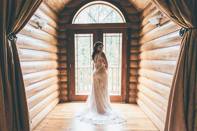 Looking back at a year of work. Loved shooting this pretty bride ❤️ . . . #bride #summer #rainyday #flashback #stunner #wedding #weddingphotography #logcabin #pnw #vsco