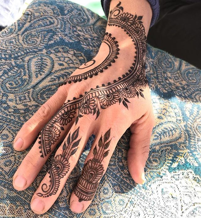Never gets old 💕💕💕 @hennabydivya #hennadesign