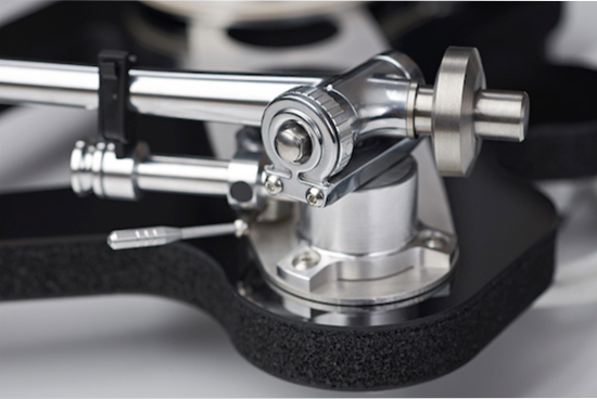 Detail of the magnificent RB2000 tonearm. Photo credit the-ear.net.