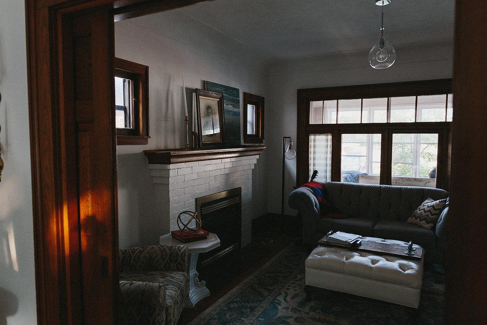 hamilton-toronto-bintage-old-home-rustic-inhome-maternity-session-toronto-maternity-photographer-ryanne-hollies-photography-living-room-detail-shot.jpg