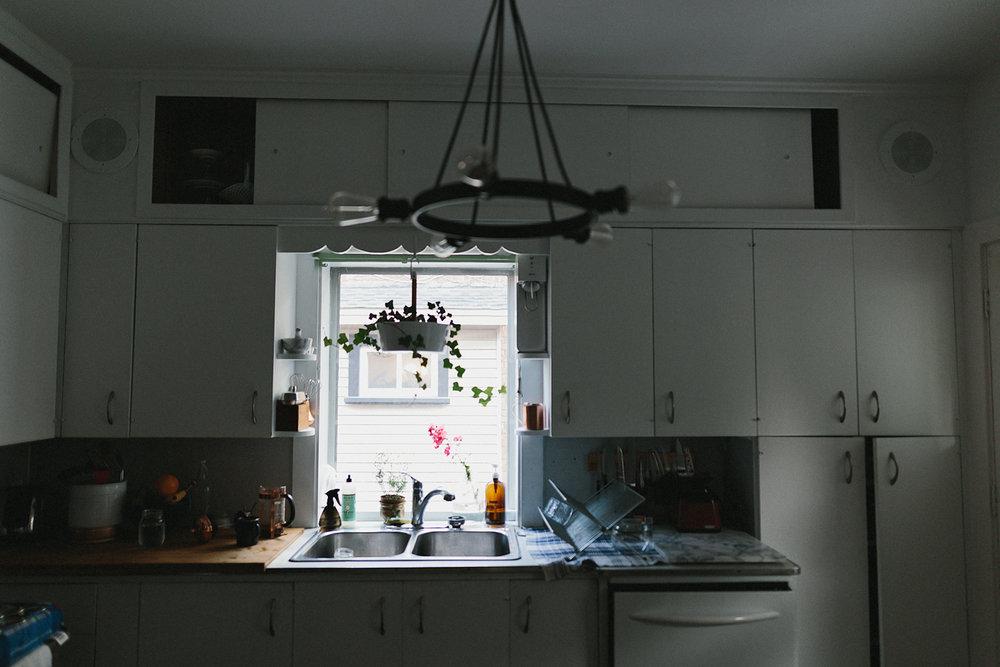 hamilton-toronto-vintage-old-home-rustic-inhome-maternity-session-toronto-maternity-photographer-ryanne-hollies-photography-kitchen-detail-shot.jpg