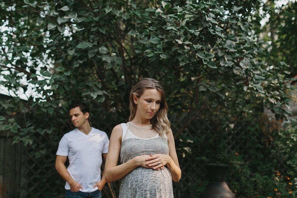 hamilton-toronto-inhome-maternity-session-toronto-maternity-photographer-ryanne-hollies-photography-candid-documentary-lifestyle-session-pregancy-parents-to-be-in-backyard-hamilton-alternative-unique.jpg
